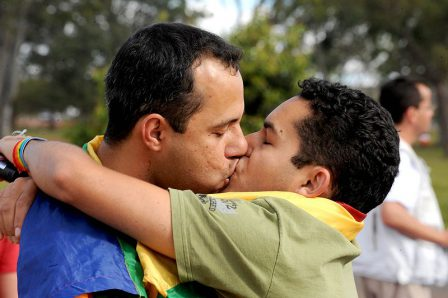 190605 Heirat fue alle 800px-Um_beijo_gay_no_parque