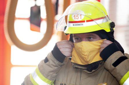 Feuerwehrmann mit Maske